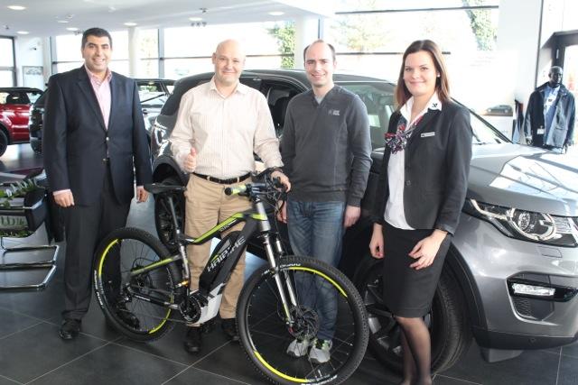 Übergabe des E-bikes an Gewinner