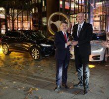 Der Jaguar XF gewinnt das Goldene Lenkrad und Sie bekommen die Geschenke.