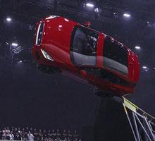 Neuer Jaguar E-PACE schraubt sich mit spektakulärer Flugrolle in die Rekordbücher